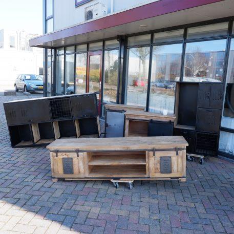 industrieel factory tv dressoir tv meubel jupiter iron works mangohout en staal 2 schuifdeuren hoog 50 cm breed 180 cm diep 40 cm6