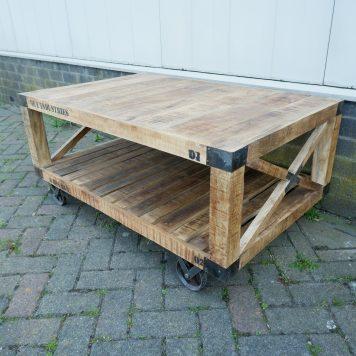 industriele bijzettafel salontafel factory cross op wielen mangohout en staal hoog 55 cm breed 120 cm diep 78 cm