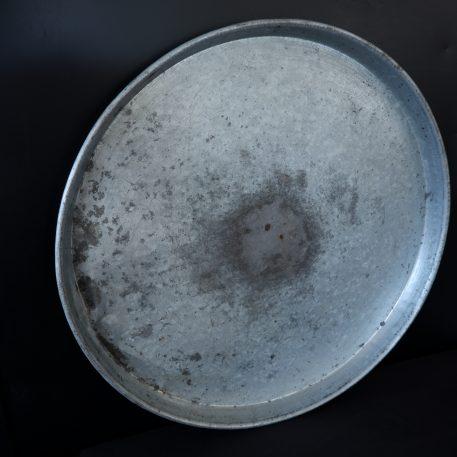 ijzeren oude schaal rond dienblad diameter 55 cm rand 4 cm hoog 7