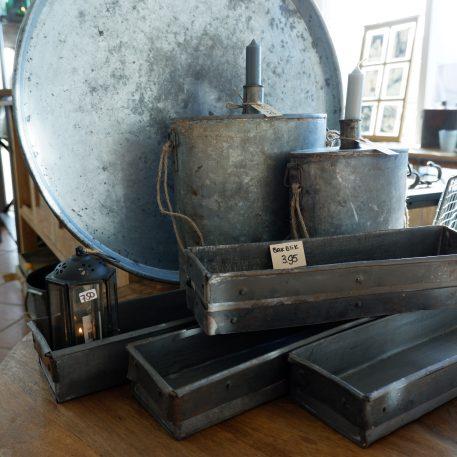 ijzeren oude schaal rond dienblad diameter 55 cm rand 4 cm hoog en oude ijzeren veld flessen3
