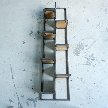 wandrek mangohout en staal straight verticaal verspringend hoog 152 cm breed 38 cm diep 21 cm