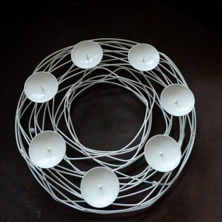 krans wit metaal diameter 36 cm hoog 8 cm voor dinerkaars of stompkaars