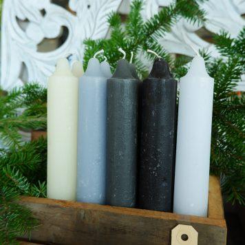 ib-laursen rustic candle off white grijs zwart licht blauw wit dinerkaars xl hoog 25 cm diameter 3.8 cm en 22 branduren2