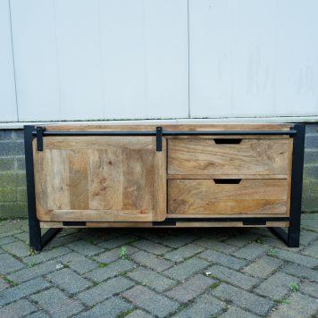 industrieel mangohouten tv dressoir tv meubel beau travail zwart staal 2 lades en schuifdeur hoog 56 cm breed 120 cm diep 45 cm