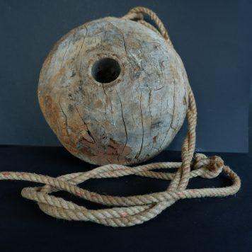 oud katrol wiel hangend aan touw doorsnede 30 cm dik 20 cm3