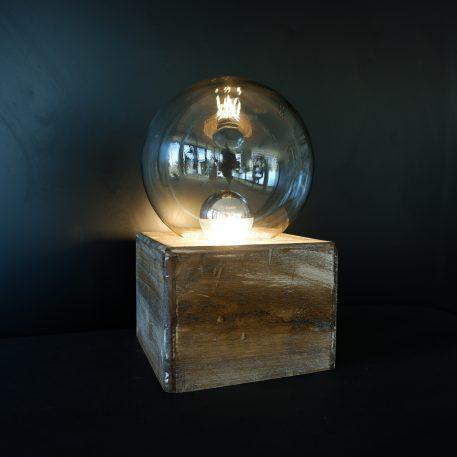 stolplamp voet vierkant hout glazen bol hoog 30 cm voet 18 x 18 cm1