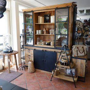 etagere houten dienbladen zwart metaal frame is 102 cm hoog en breed 70 cm diep 34 cm 4 delig en buffetkast mangohout