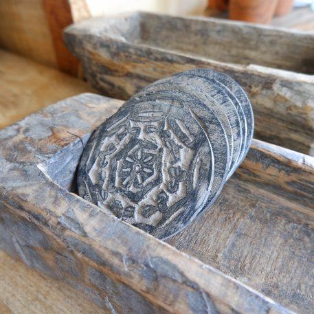 houten onderzetters rond met print 6 stuks in jute zakje diameter 10 cm1