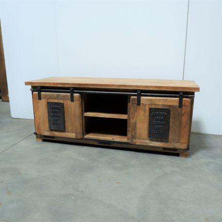 factory tv dressoir met 2 schuifdeuren iron jupiter works embleem op schuifdeurendeuren mangohout en staal hoog 50 cm breed 127 cm diep 40 cm4