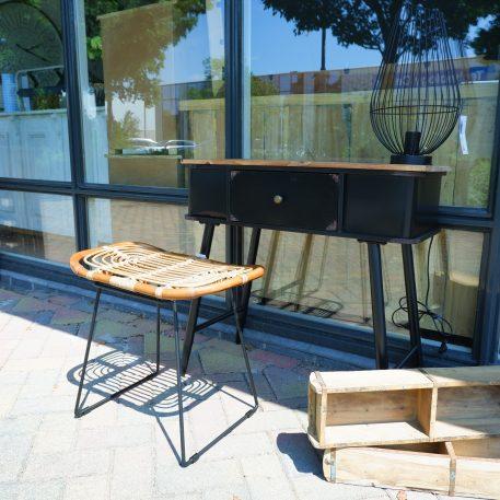 black iron sidetable met lade en houten blad hoog 75 cm breed 78 cm diep 36 cm1