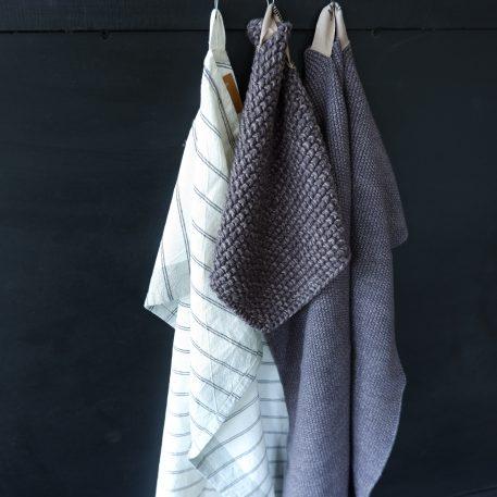 keuken theedoek off white met zwart streepje handdoek en pannenlap grijs gebreid mynte ib-laursen2