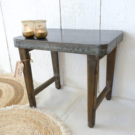 metal top bijzettafel oud hout poten hoog 37.5 cm breed 44.5 cm diep 29.5 cm