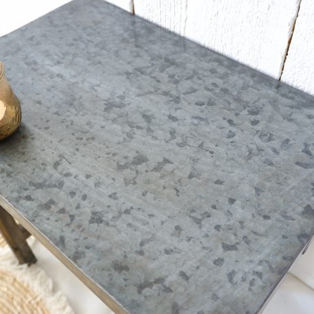 metal top bijzettafel oud hout poten hoog 37.5 cm breed 44.5 cm diep 29.5 cm1