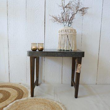 metal top krukje bijzettafel oud hout poten hoog 47 cm breed 55 cm diep 33 cm