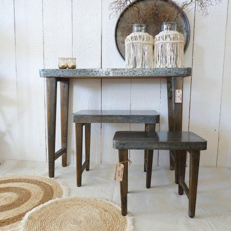 metal top sidetable oud hout poten hoog 75 cm breed 98 cm diep 30 cm en krukjes bijzettafels