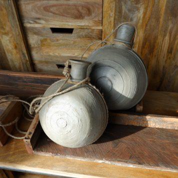 likeur-waterkruik aan touw klei licht grijs hoog 26 en 31 cm breed 20 en 25 cm diep 16 en 20 cm