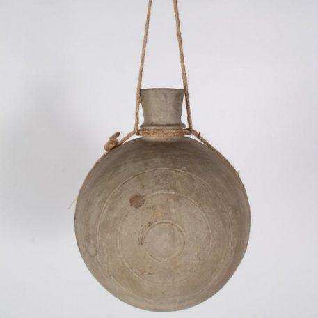 likeur-waterkruik aan touw klei licht grijs hoog 31 cm breed 25 cm diep 20 cm1