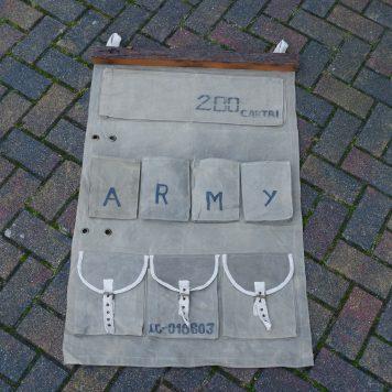 canvas wandorganizer leger groen army aan oud houten balk met 9 opbergvakken hoog 113 cm breed 71 cm