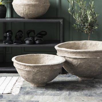 bowl of schaal van papier maché hoog 29 cm diameter 54 cm en hoog 21 cm en diameter 42 cm kleur klei van Ib-Laursen unique1
