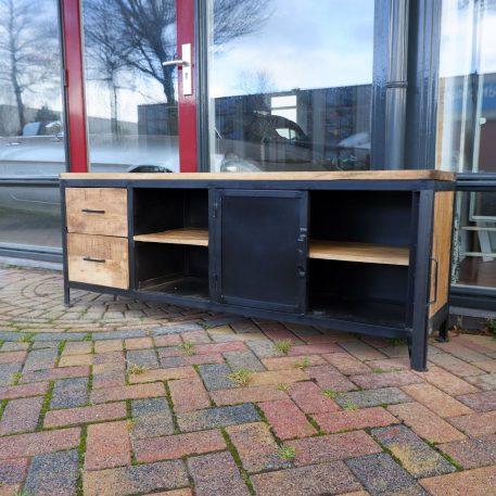 industrieel black iron tv dressoir 2 deuren 2 lades zwart staal en mangohout hoog 61 cm breed 161 cm diep 37 cm1