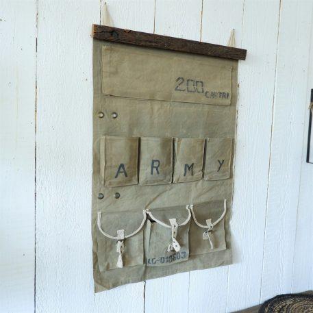 canvas wandorganizer leger groen army aan oud houten balk met 9 opbergvakken hoog 113 cm breed 71 cm6