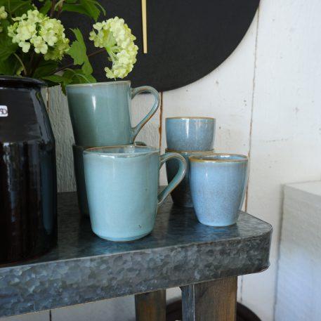 dunes beker met oor light blue en duner beker zonder oor light blue ib-laursen stoneware of steengoed