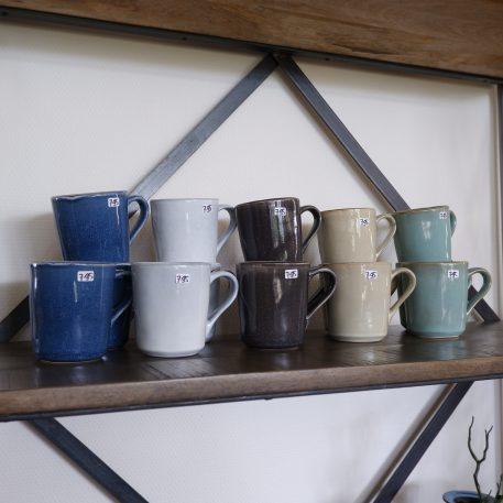 dunes beker met oor light blue, licht blauw, grey, grijs antique black, zwart, blue, blauw en sand ib-laursen stoneware of steengoed