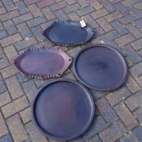 oude ijzeren ronde schaal donker bruin met patroon diameter 48 cm rand 2 cm hoog en oude ovale schaal donker bruin