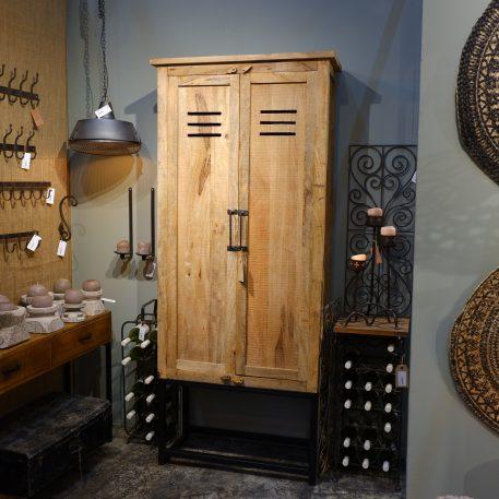 industriele mango houten lockerkast met tochtrooster op zwart stalen frame hoog 210 cm breed 90 cm diep 40 cm