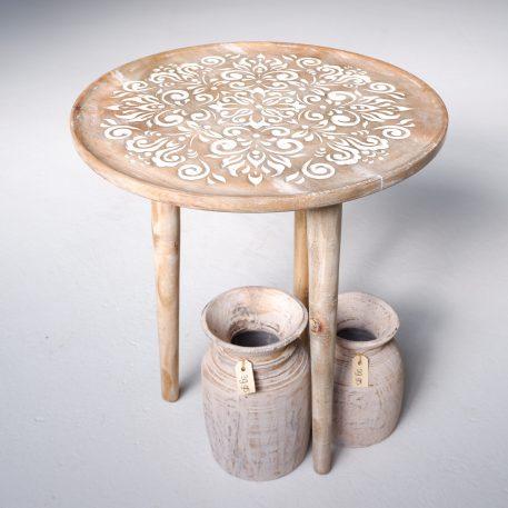 bijzettafel mango carved naturel met wit uitgesneden patroon 3 poten diameter 51 cm hoog 56.5 cm