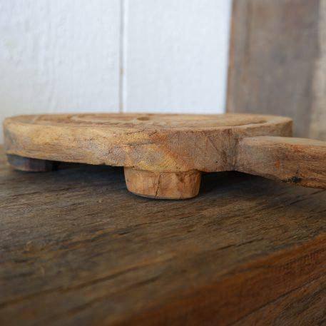 chapati of japati plank rond met uitgesneden patroon en handvat diameter 22 cm breed 28 cm hoog 4.5 cm1
