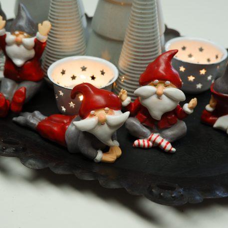 kerstman in yoga positie 5 variaties santa's helper boy yoga ib-laursen liggend op buik en zittend met armen opzij